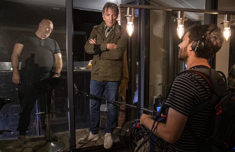 Robert zet de deur van zijn appartement met plezier open voor Luk en zijn filmploeg.