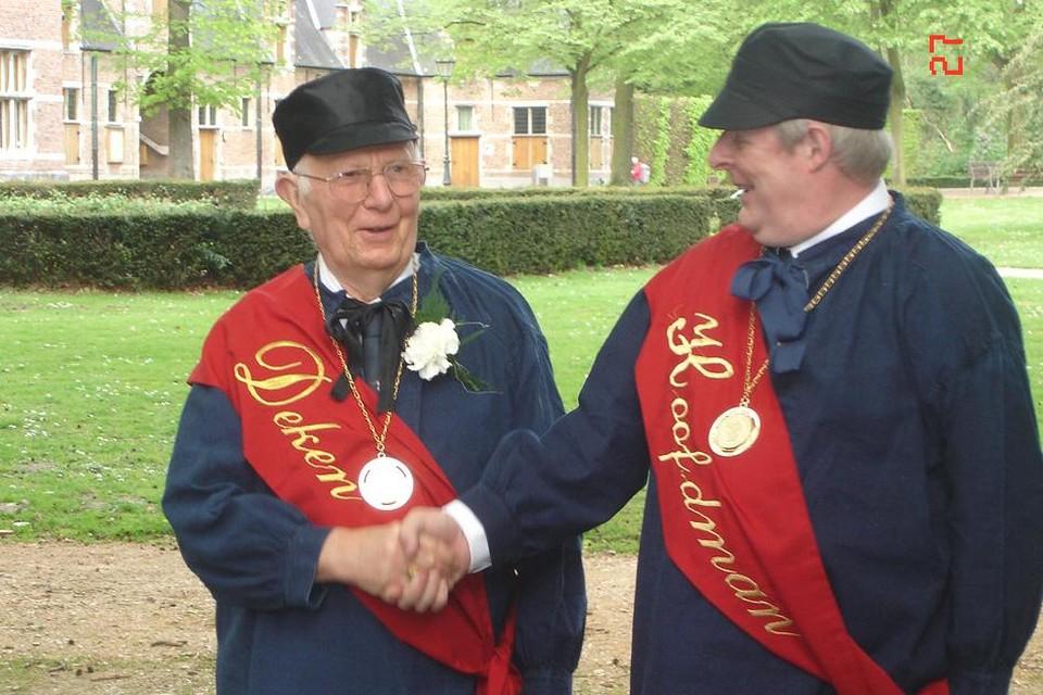 Hoofdman Filip Leroy feliciteert Marcel De Moor als deken van de Ridderlijke Sint-Jorisgilde.