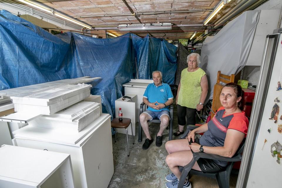Monique en Karel behelpen zich met een tijdelijk gasvuurtje en wasbakje dat in de garage gezet is.