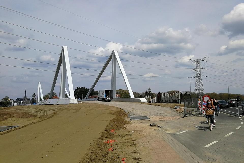 De nieuwe brug is zo goed als klaar om aangetakt te worden op de Herenthoutseweg. Dat werk start op 25 mei.