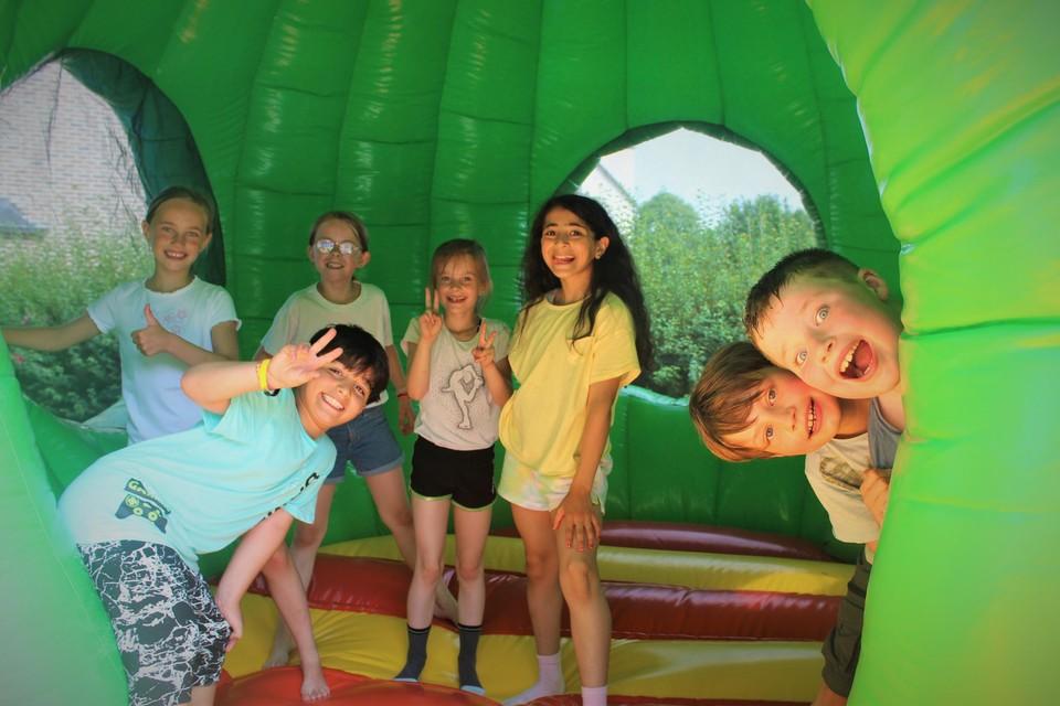 De leerlingen van de Heilig Hartschool leven zich uit op het springkastelenfeest.