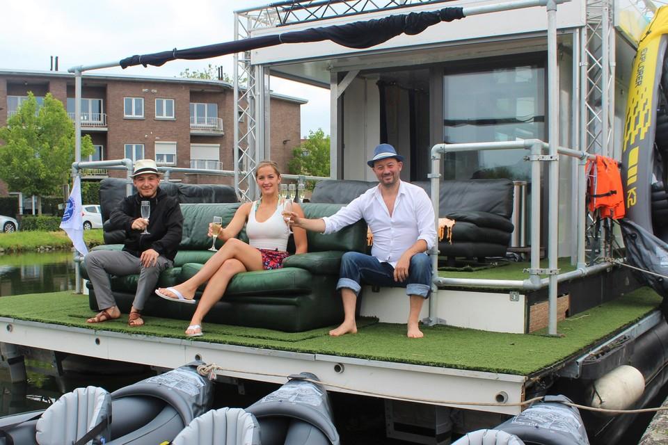 Nory Es-Sadiki, Peter Van Elslander en zijn zus Nina heffen het glas op de Solar Boat.