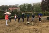 thumbnail: Een aantal nabestaanden van overledenen wiens graf werd ontgraven, legden symbolisch een krans neer op de ontruimde zone.