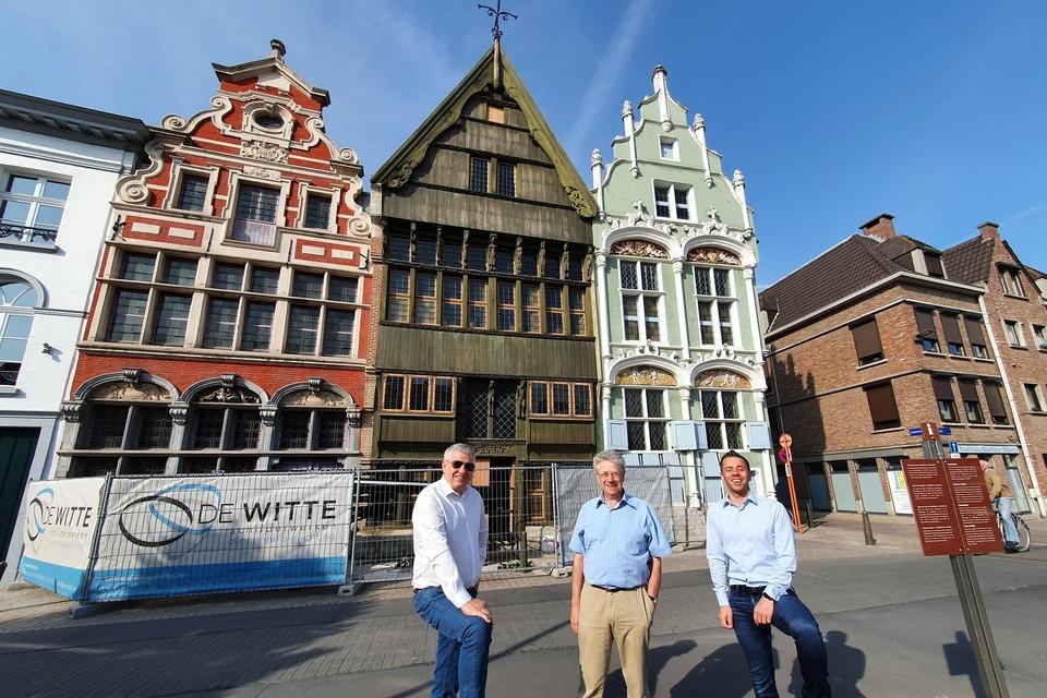 Schepen Koen Anciaux samen met Johan en Tom Willemen aan het bekende stadsgezicht.