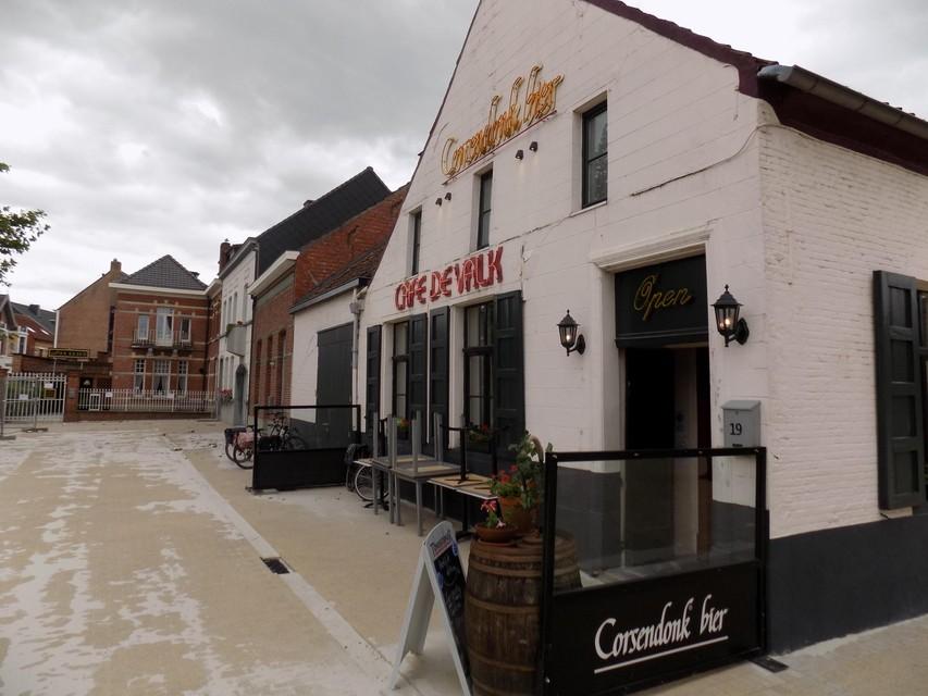 Het eeuwenoude café De Valk aan de Markt in Kasterlee heeft de deuren weer geopend.