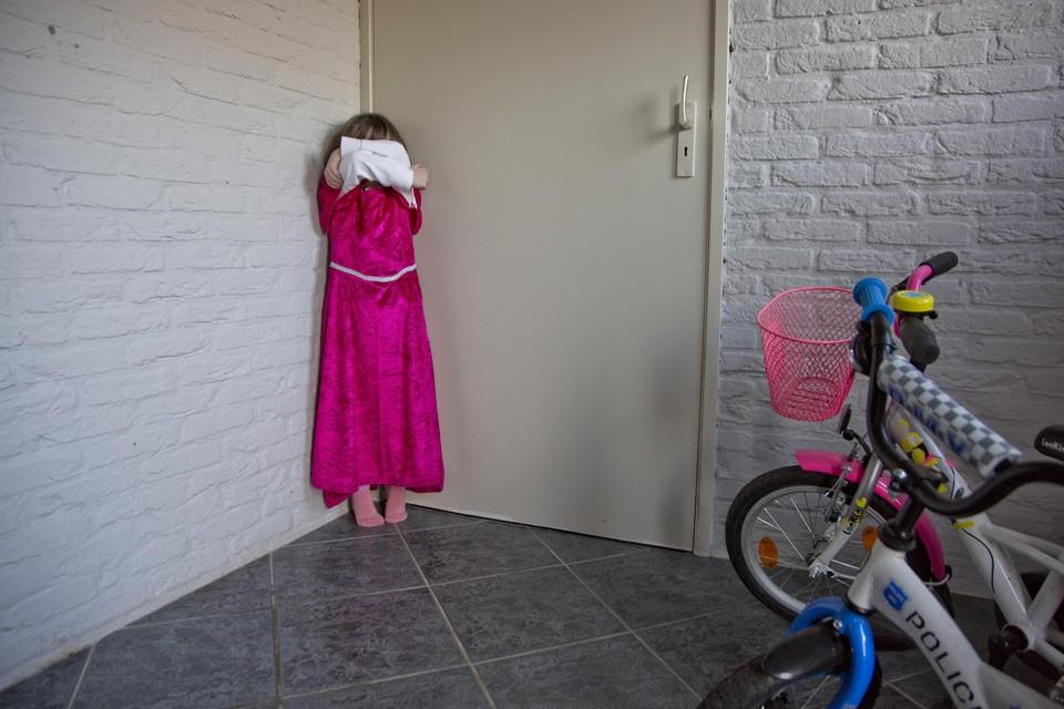 Het meisje (niet het kind op de foto) werd vaak tot in de kelder bij de haren gesleurd en kreeg daar slagen met de riem.