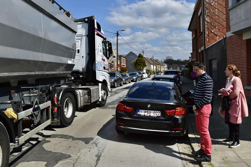 """""""Het zou al veel helpen moest het drukke vrachtverkeer uit onze woonstraat geweerd worden"""", zegt Filip, die al meer dan tien jaar in de Galgestraat woont."""