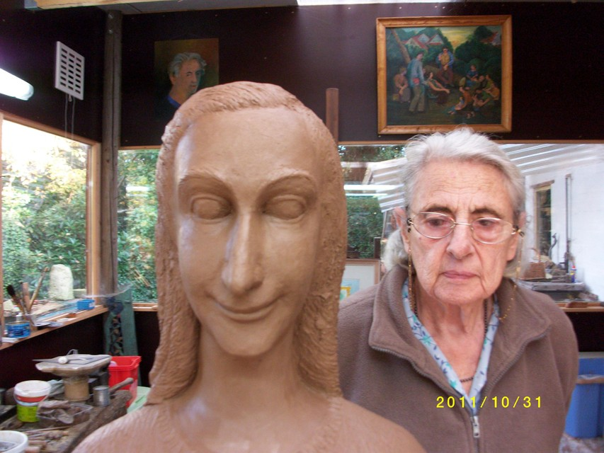 Mariëtte Coppens in 2011 toen ze aan het beeld werkte.