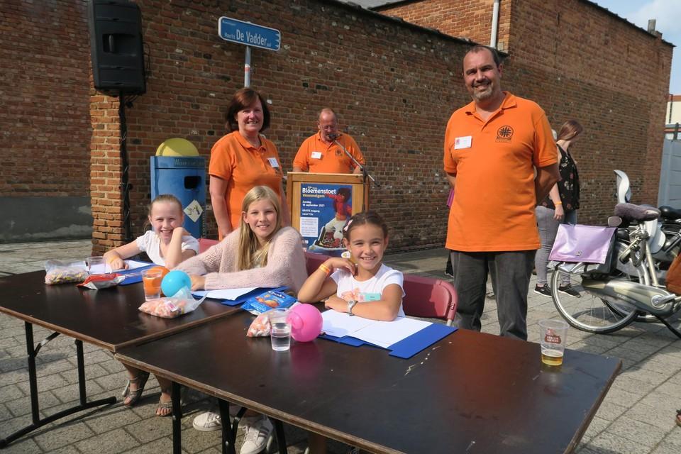 De kinderjury met enkele vrijwilligers van de organisatie: Martine Lambrechts, Bart Van Scharen en Johan Smits.