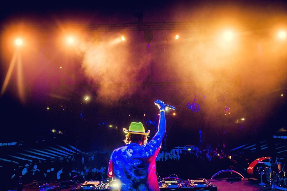 DJ Yolotanker speelt op 3 april hopelijk opnieuw voor een grote massa, maar die zit dan wel thuis in eigen kot mee te feesten.