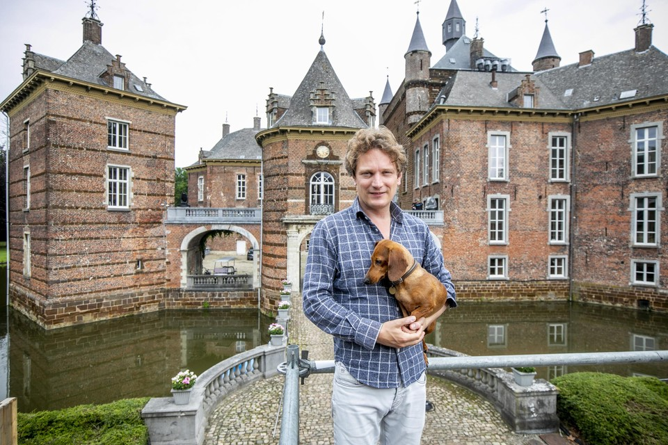 Prins Simon de Merode, met hond Stella, voor het kasteel waar hij al 15 jaar woont.