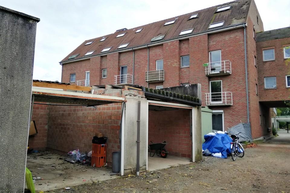 Enkele garageboxen en een appartementsgebouw liepen aanzienlijke schade op.