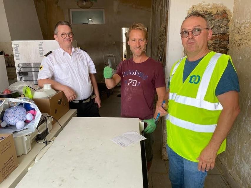 Daniel Van Themsche (Links) met lokale helper en schenker van waterkokers en microgolfovens.