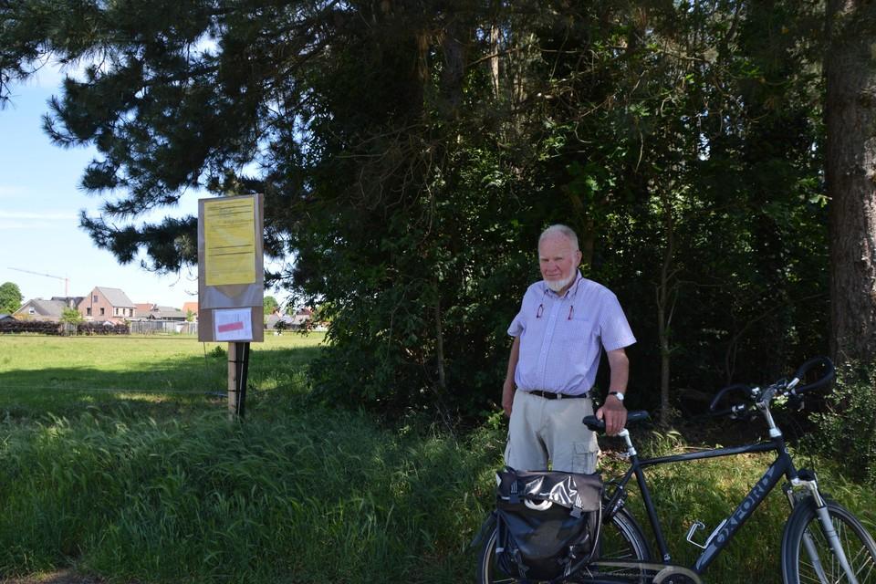 Ward Belmans op de plaats waar de verkaveling komt. Het bos achter hem wordt gekapt.