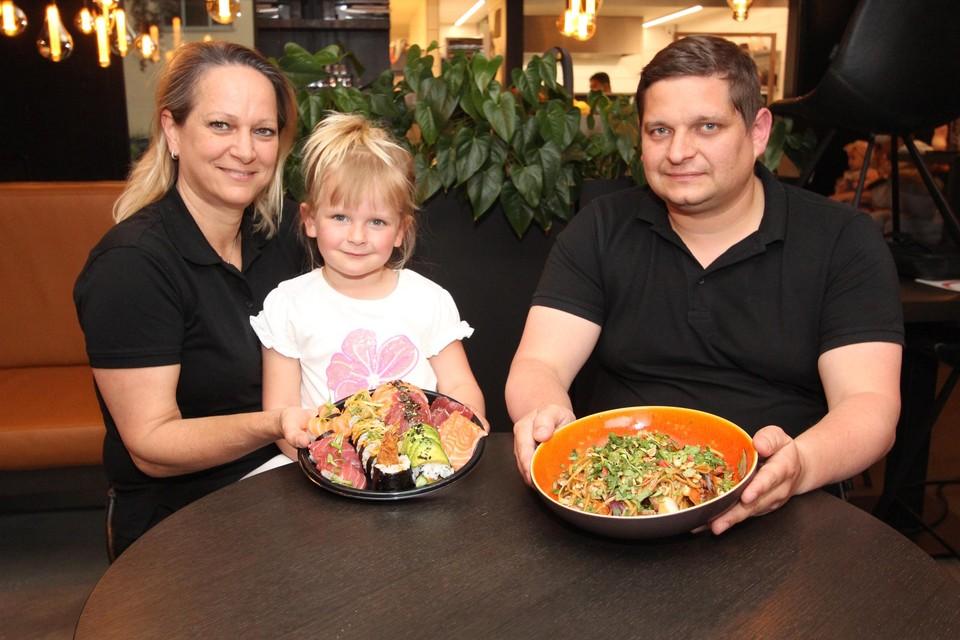 Nickie en dochter Saartje presenteren sushi, Davy toont een lekker wokgerecht.