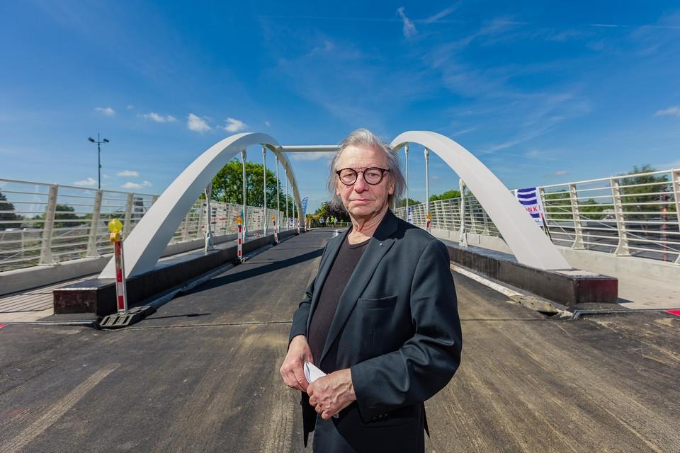 Theo Vervliet bedacht het idee om de brug naar Johnny Ronaldo te vernoemen.