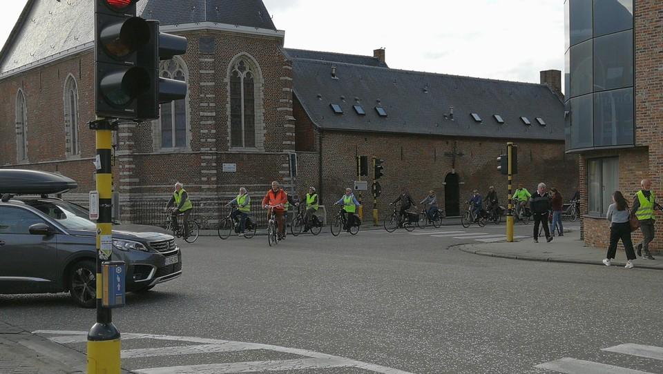 De omgeving van Sint-Dimpna blijft voor fietsers een gevaarlijke buurt door het doorgaande en vaak zware verkeer.