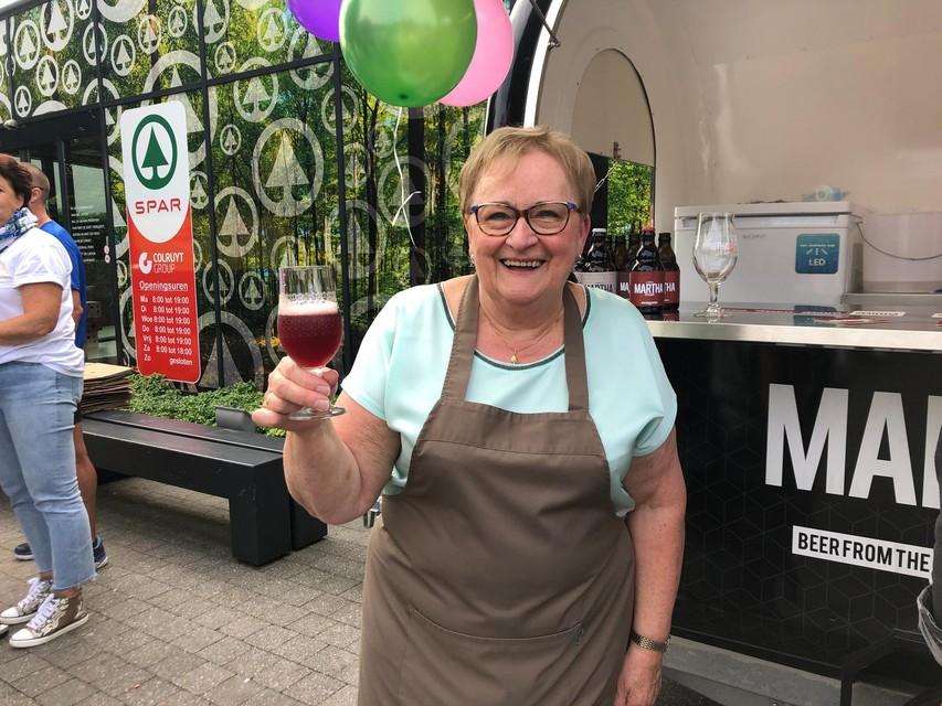 Martha Roes geniet van een glaasje Martha-bier.