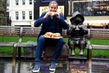 thumbnail: Een 'boke' eten naast Beertje Paddington.