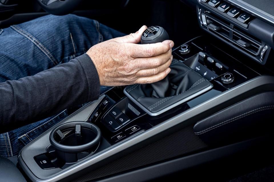 Automerken verkopen steeds minder auto's met een manuele versnellingsbak.