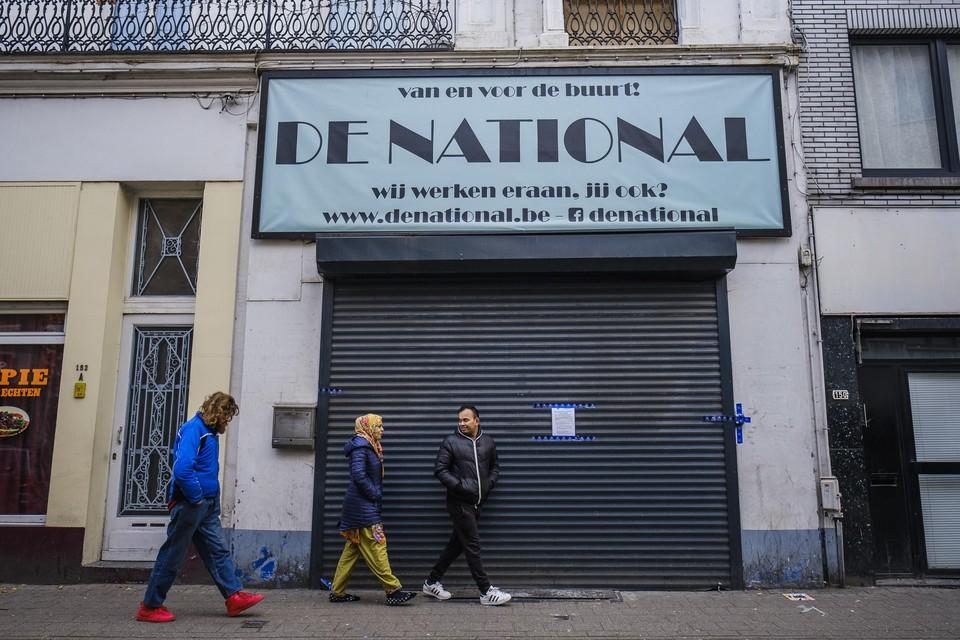 Mensen wandelen voorbij de National, die in het kader van het gerechtelijk onderzoek is verzegeld.