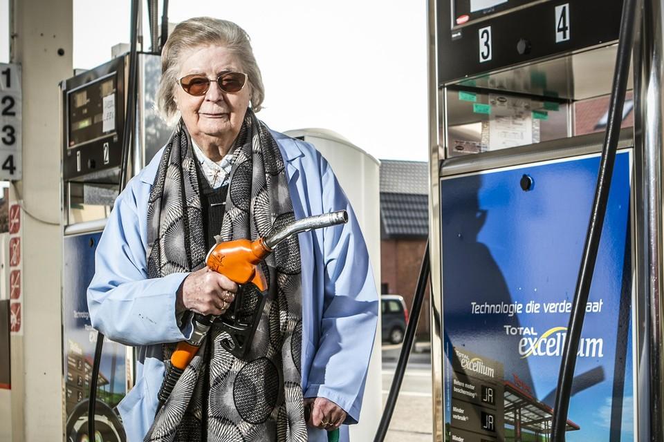 Maria Van Hemel draait de pompen van Garage Dankers op 15 maart dicht. Na 64 jaar werken gaat ze met pensioen.