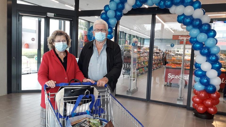 Rosa en Pierre Van Reempts vinden het aangenamer winkel in de brede wandelgangen.