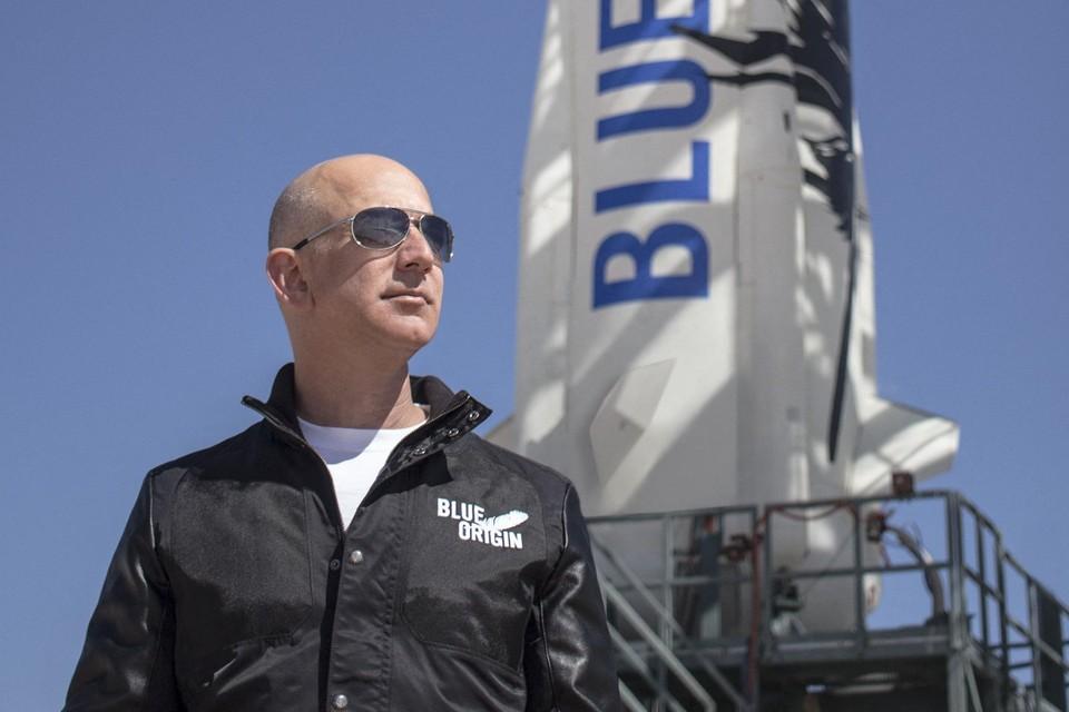 Samen met drie anderen stapt Bezos aan boord van de New Shepard.