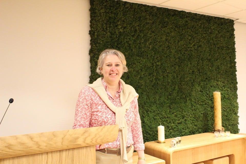 Ann Schillebeeckx poseert trots in de nieuwe aula.