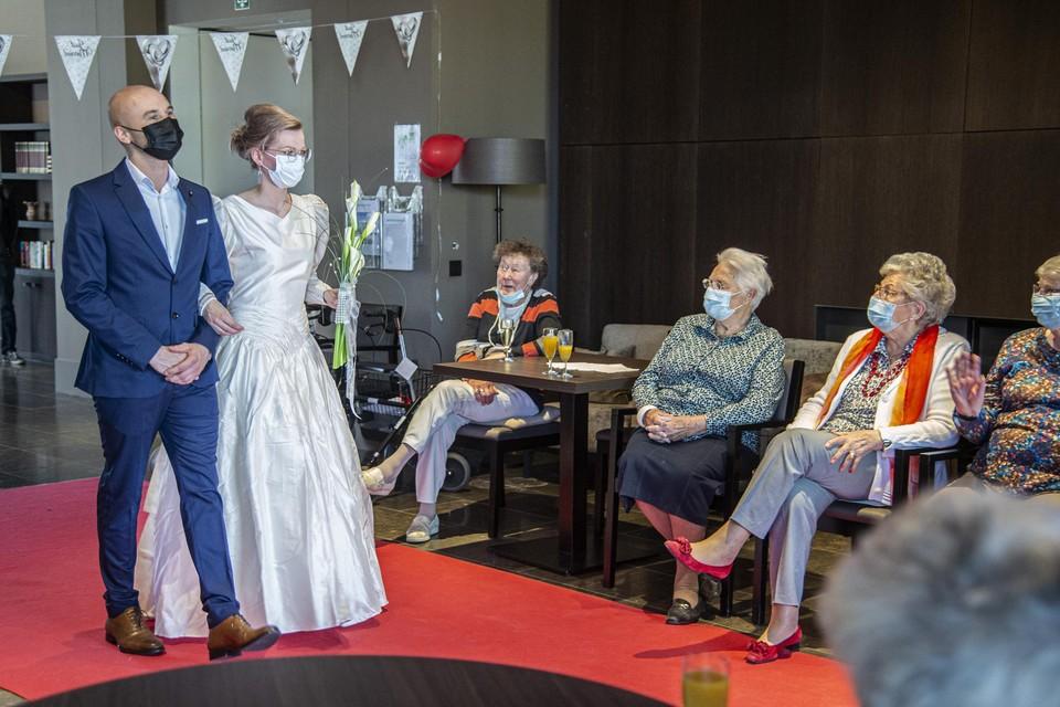 Op de rode loper passeert het ene bruidsensemble na het andere.
