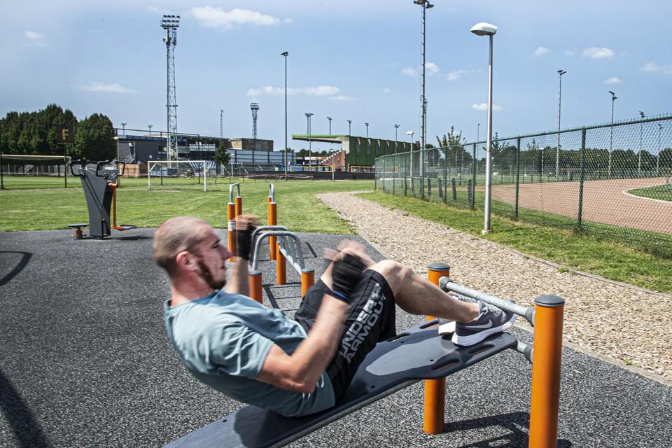 Fitnesstoestellen genoeg om buiten te sporten bij De Leunen.