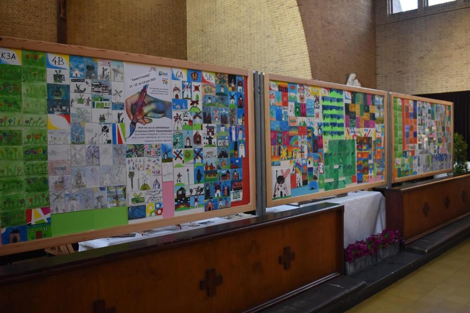 De kinderen van de plaatselijke school en scouts maakten kunstwerkjes voor deze canvasmuur.