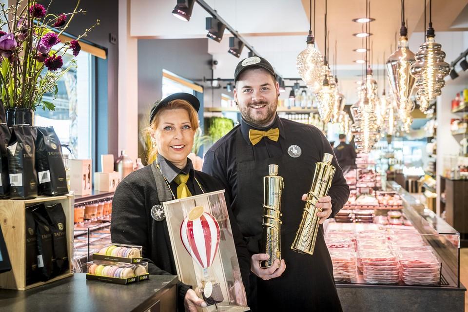 Andy en rechterhand Deborah in hun delicatessenzaak.