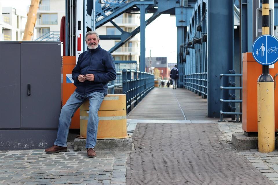 Jan Van den Bossche zit op een van de paaltjes die binnenkort zullen verdwijnen
