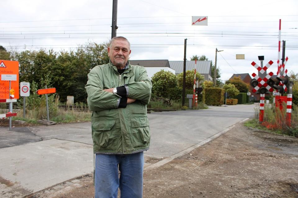 Jim Goetze staat aan de spooroverweg in de Ernest Claeslaan. Links begint de Hockeyweg.