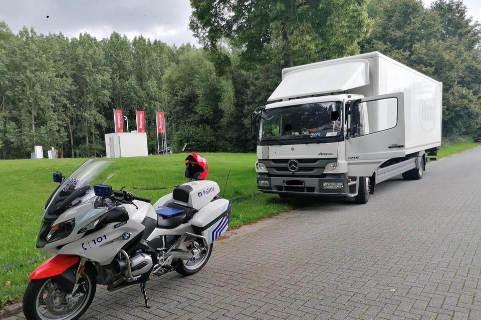 De politie neemt deze vrachtwagen uit het verkeer.