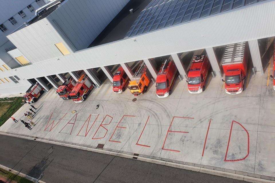 Voor de kazerne in Mechelen hebben de vakbondsleden in reuzegrote letters 'wanbeleid' aangebracht met behulp van brandweerslangen.