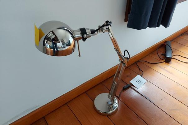 Iemand bood 151 euro voor een 'chrome bureaulamp', die volgens onze visuele vergelijking een Ikea-lamp van 20 euro is.