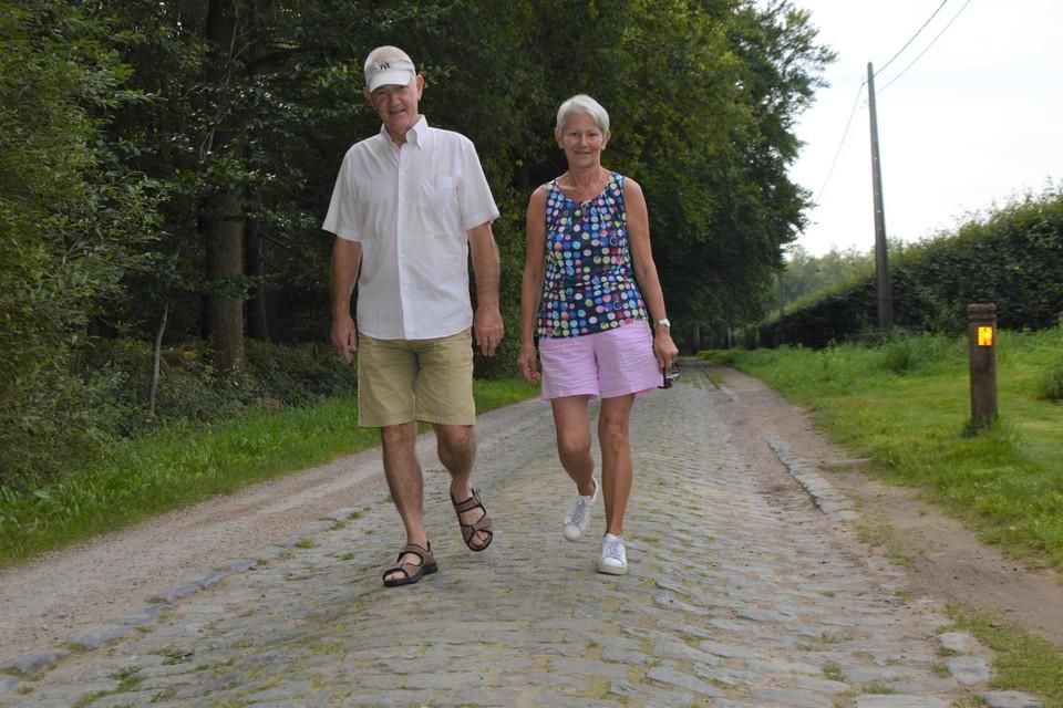 Een Massenhovens koppel op wandel in de Voort. Te voet is het nog te doen, maar wie met de fiets over deze vijfsterrenstrook wil moet al een specialist zijn.