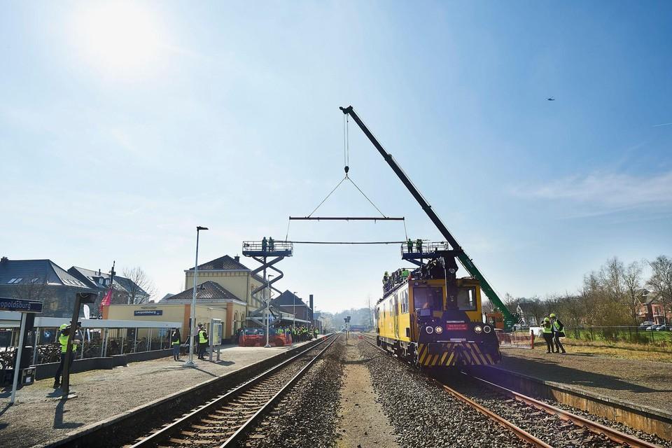 In juni rijden de eerste elektrische treinen op de geëlektrificeerde spoorlijn Mol-Hamont. Maar dat betekent niet dat élke trein daar dan onder elektriciteit voorbij snort: de NMBS gaat er nog afwisselen met diesellocomotieven.