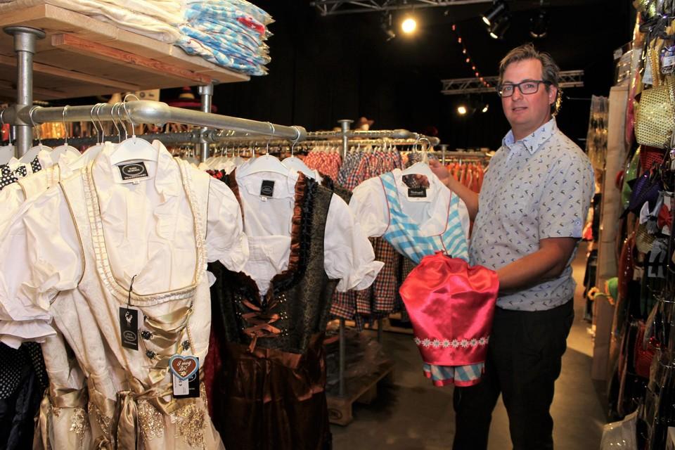 Pieter Kerkhofs staat bij kostuums voor de oktoberfeesten.
