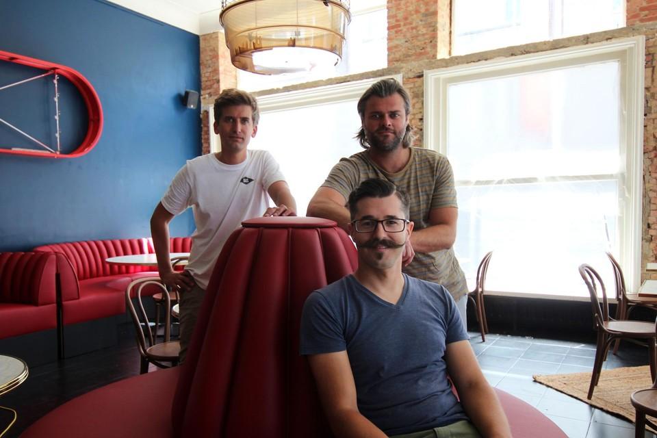 Wim Baelen, Nick Alliet en Ignace Joly (vooraan) openen dinsdag het Theatercafé.