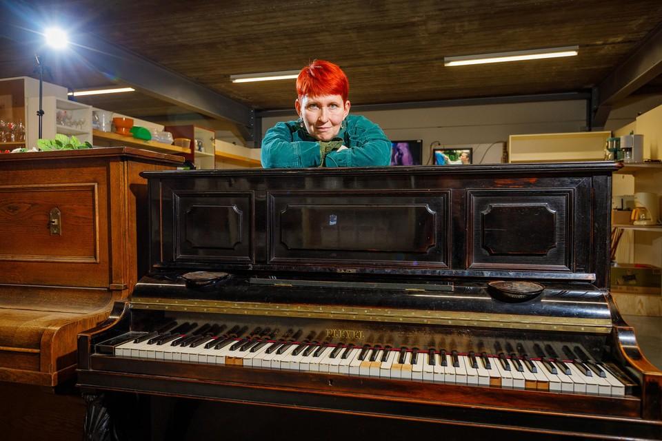 De piano stond stof te vergaren in de kringloopwinkel