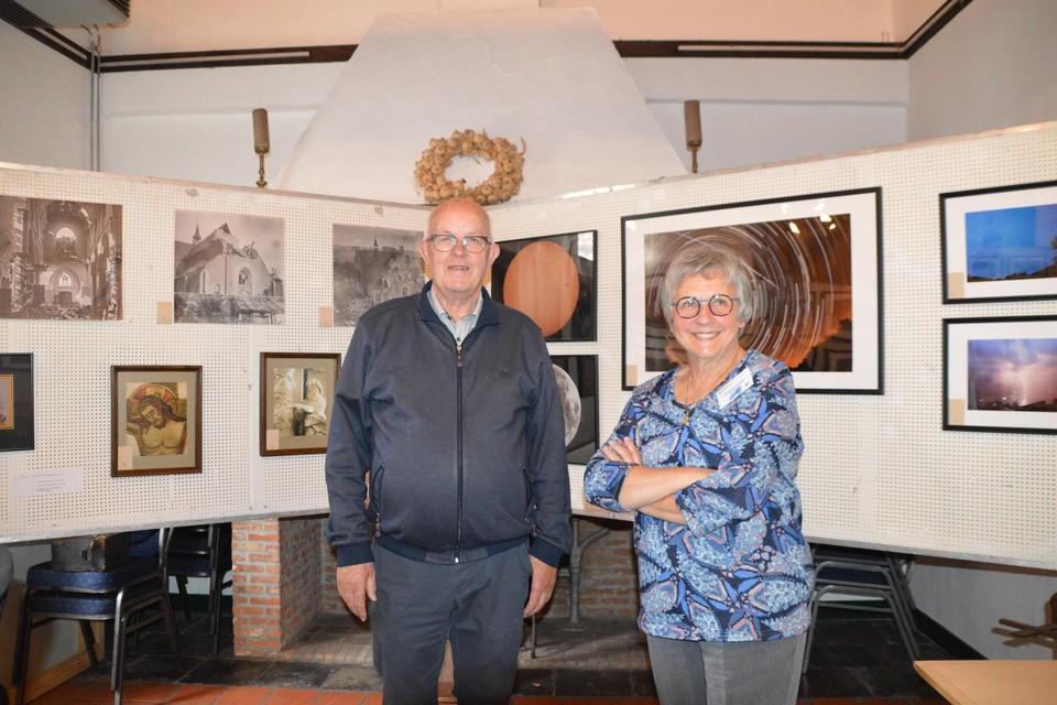 Initiatiefnemers Staf Dieltiens en Lieve Vertruyen. Lieve staat voor de foto van de star trails die haar overleden echtgenoot Theo Saelen nam. Ook Theo stak heel veel tijd in de expo.
