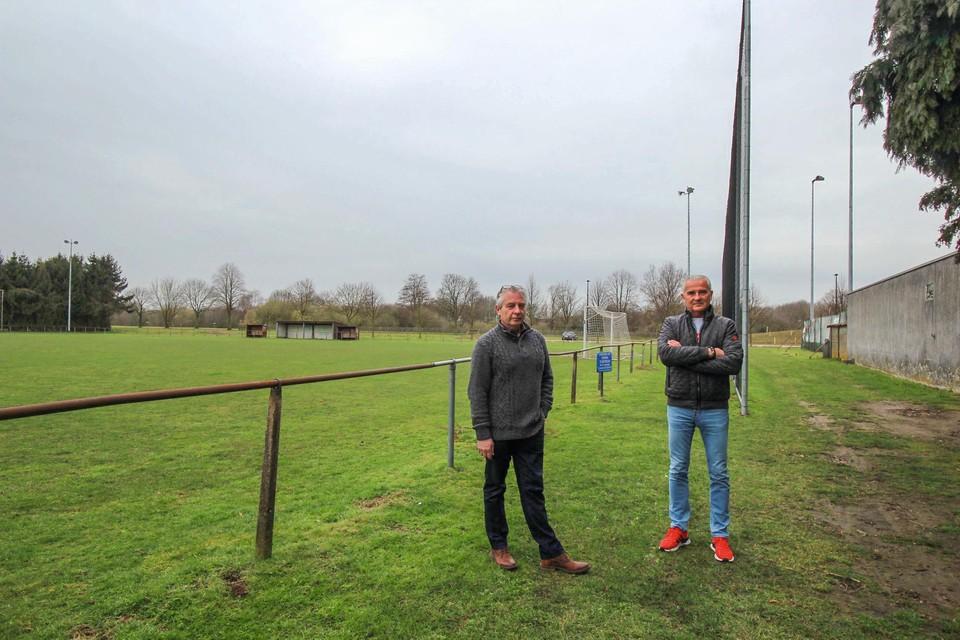 Sportschepen Walter Kiebooms en initiatiefnemer Paul Van Hoey voor het voetbalveld dat een padelzone wordt, de oude kantine rechts wordt afgebroken en vervangen door een sportgebouw.