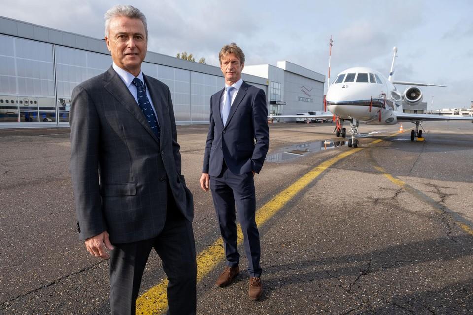 Bernard Van Milders en Johan Van Lokeren voor het nieuwe hoofdkantoor van Flying Group op de luchthaven van Deurne.