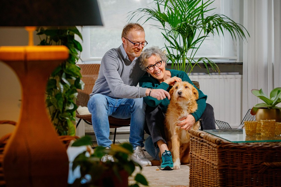 Pierre-Paul (60), Fabienne (56) en de hond Billy in hun woonkamer in Mechelen.