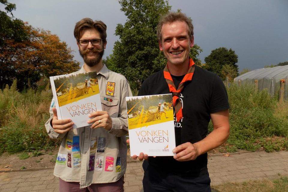 Raf Van Rooy () en Karel Taeymans tonen de pas gedrukte exemplaren van Vonken Vangen, het jubileumboek naar aanleiding van 75 jaar scouts Lille.