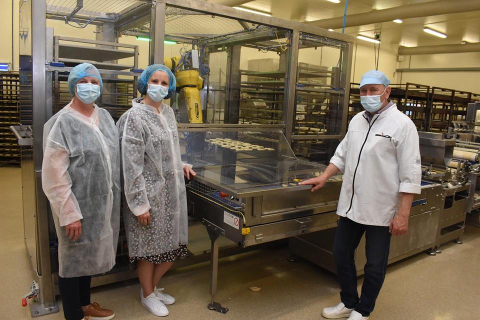 Zaakvoerders Marleen, Joyce en Paul van bakkerij Mariën bij de gloednieuwe mobiele robot.