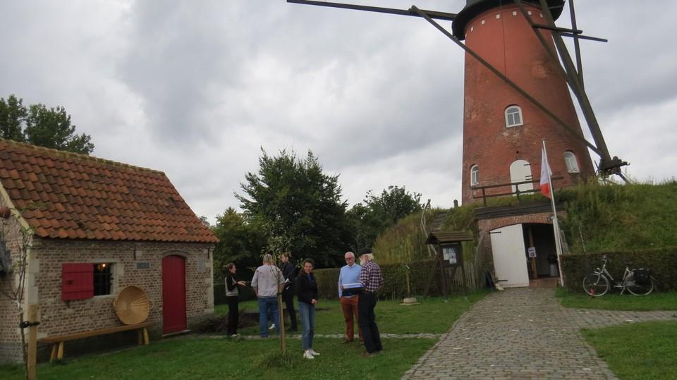 Links het bakhuis van De Brakken aan de molen in Oelegem waar de netwerkdag voor bakhuiseigenaars doorging.